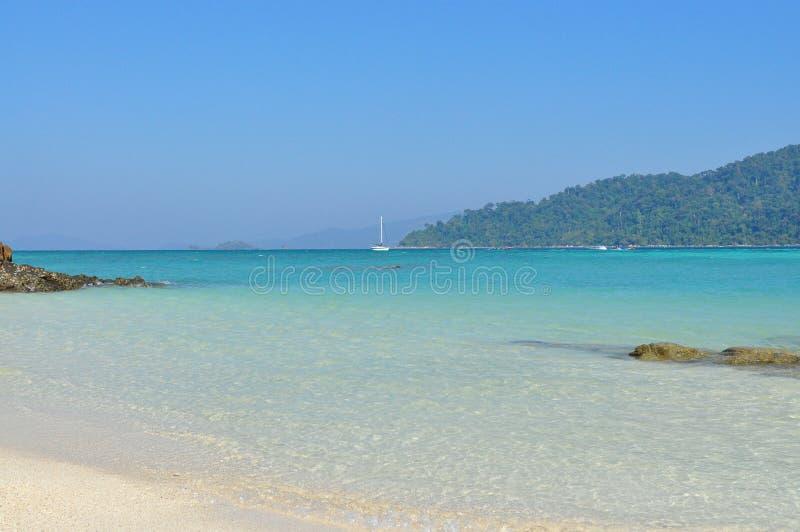 lieu de villégiature luxueux bleu d'océan photographie stock libre de droits