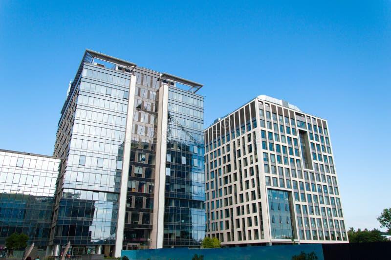 Lieux de travail aux nouveaux immeubles de bureaux modernes photos stock