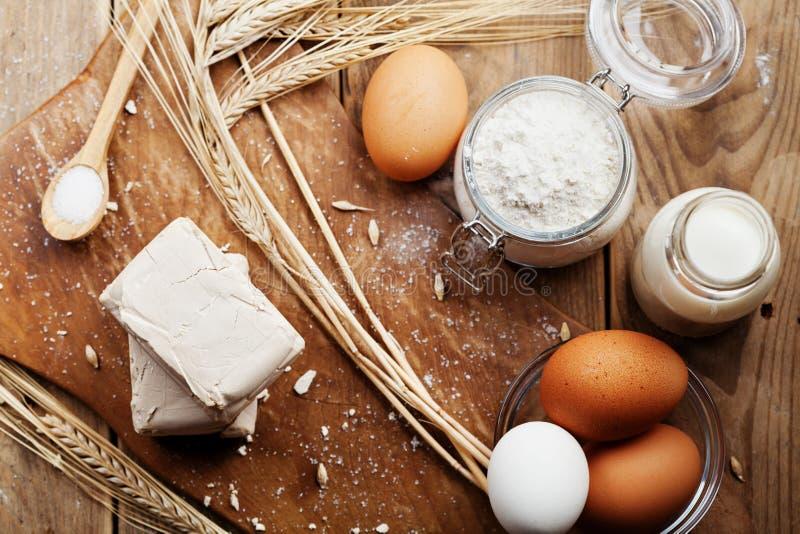 Lievito ed ingredienti freschi per cuocere sul tavolo da cucina rustico da sopra Prodotto per la preparazione pizza o del pane immagini stock