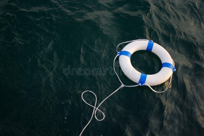 Lifebelt, lifebuoy w niebezpiecznym morzu dla pomocy, bezpieczeństwo, ochrona zdjęcia stock