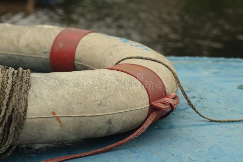 Lifebelt na starej łodzi fotografia stock
