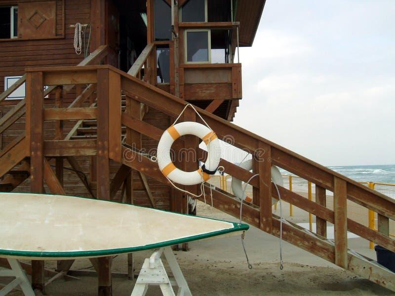 Lifebelt op treden van een horlogetoren op het strand royalty-vrije stock foto