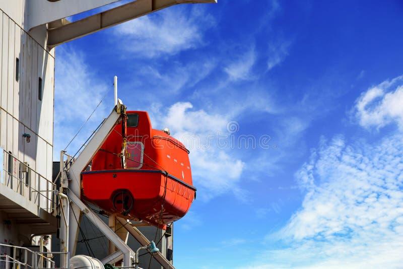 Lifeboat lub łódź ratunkowa na rusztowania zachęcaniu obrazy stock