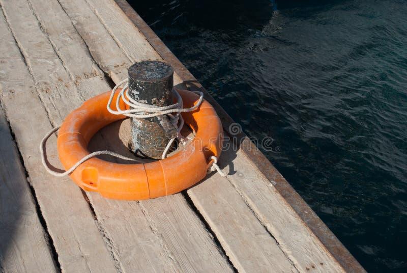 Lifebuoy和停泊大炮 紧急状态的救援设备在水 特写镜头lifebuoy在船坞 Lifebuoy和停泊大炮 库存图片