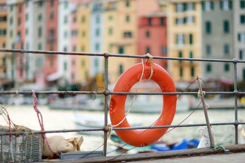 Lifebuoy在波尔托韦内雷镇小游艇船坞,意属里维耶拉,意大利的部分 库存图片