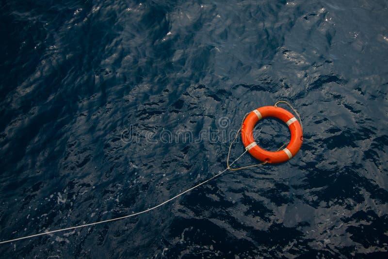 Lifebuoy在风雨如磐的蓝色海,在近海处蓝色海、安全设备或海军陆战队员的Lifebuoy 图库摄影