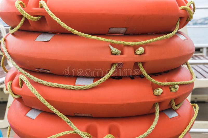 Lifebuoy πορτοκάλι σωρών που βρίσκεται στο κατάστρωμα του πορθμείου, βάρκα, πλοίο στοκ εικόνες με δικαίωμα ελεύθερης χρήσης