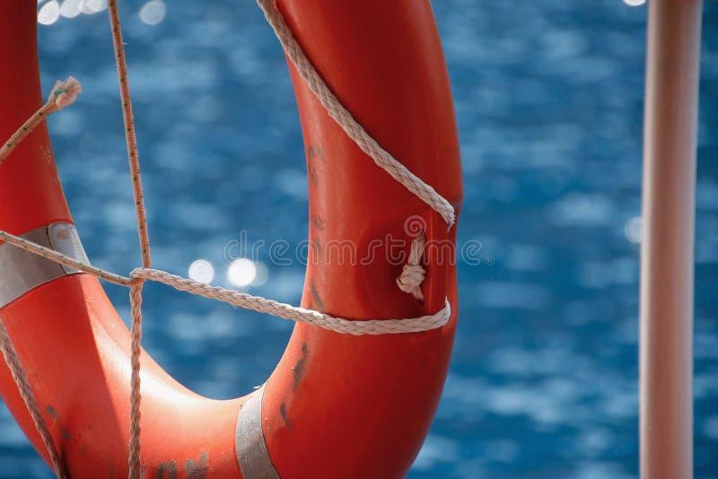 Lifebuoy на перилах корабля и Средиземного моря стоковое изображение