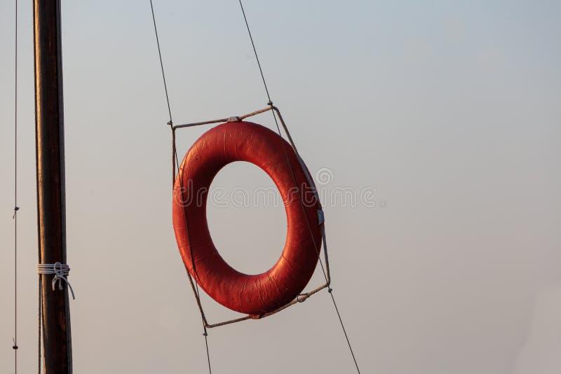 lifebuoy Dla ratowników czerwone linii brzegowej zielonej horyzontalnej wizerunku fotografii Sardinia denna nieba roślinność Okre fotografia royalty free