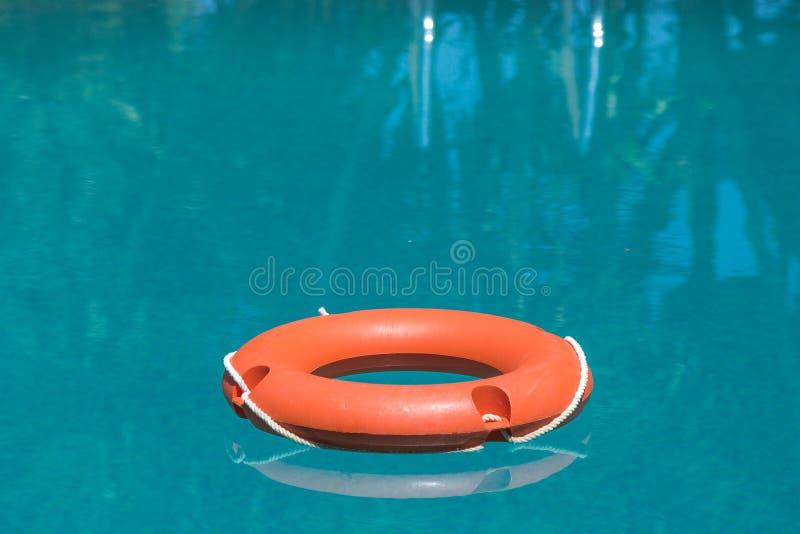 Lifebuoy im Swimmingpool stockbilder