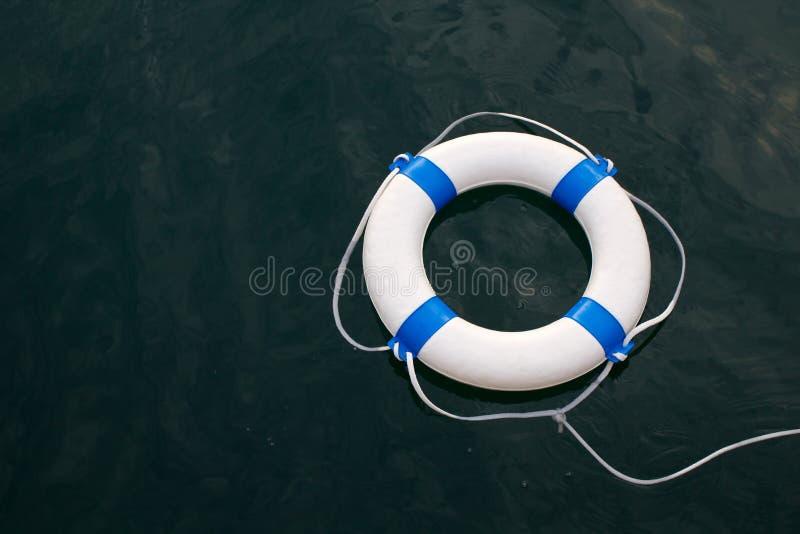 Lifebuoy, lifebelt na morzu jako skrytka, pomoc, nadzieja, ochrony concep fotografia stock