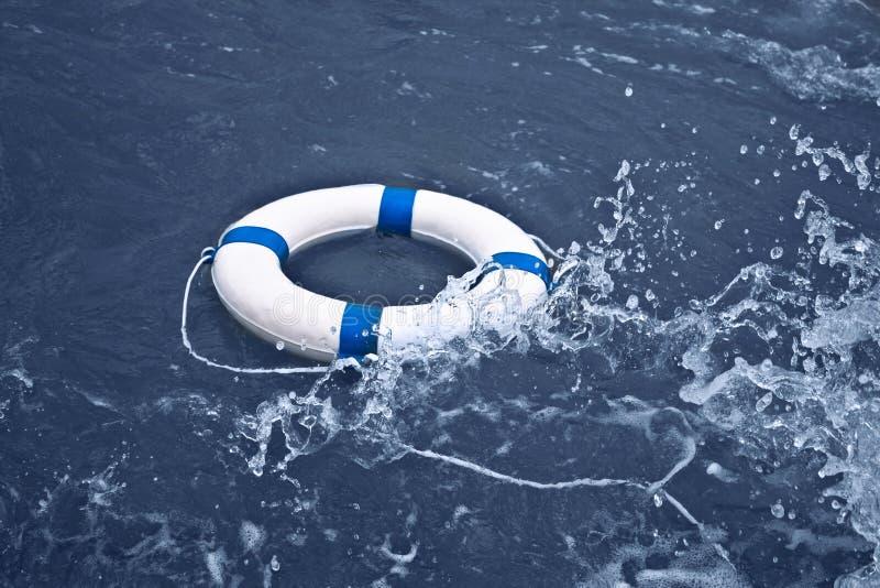 Lifebuoy, lifebelt, ratownik w ocean burzy jako pomoc, nadziei conce obrazy royalty free