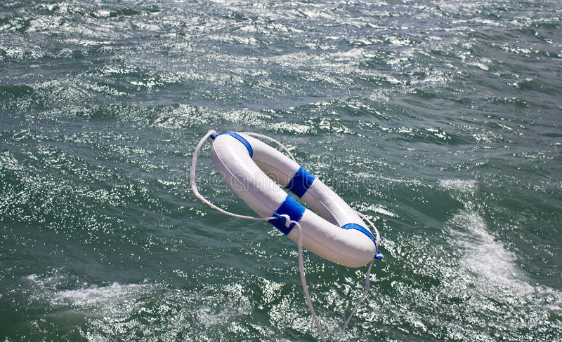Lifebuoy, lifebelt, ratownik w ocean burzy jako pomocy wyposażenie obraz stock