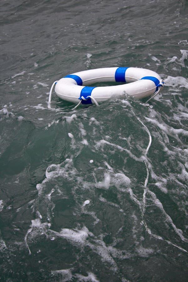 Lifebuoy, lifebelt w niebezpiecznej dennej burzy jako nadziei pojęcie fotografia royalty free