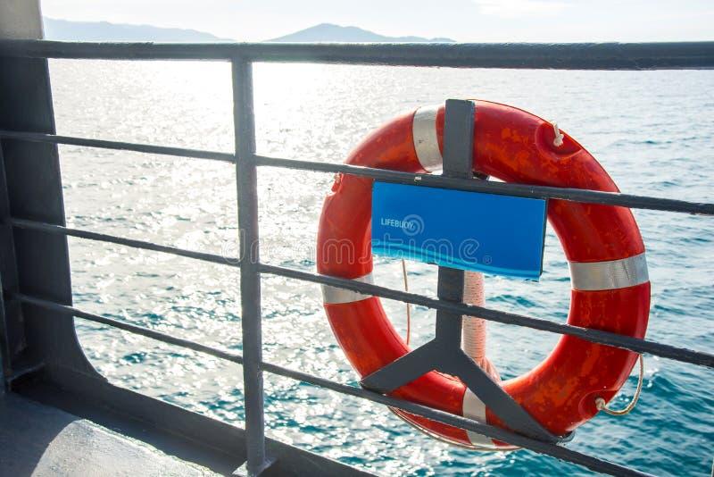 Lifebuoy na łodzi przy morzem zdjęcia stock