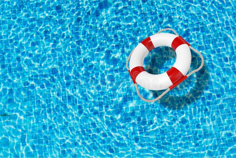 Lifebuoy na błękitne wody powierzchni z miejscem dla teksta zdjęcia royalty free