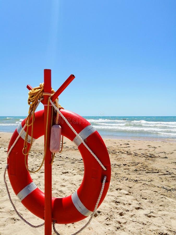 Lifebuoy na piaskowatej plaży zdjęcie royalty free