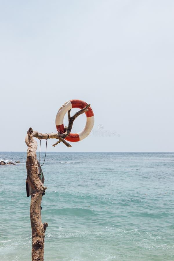 Lifebuoy na pla?y z niebieskim niebem zdjęcie stock
