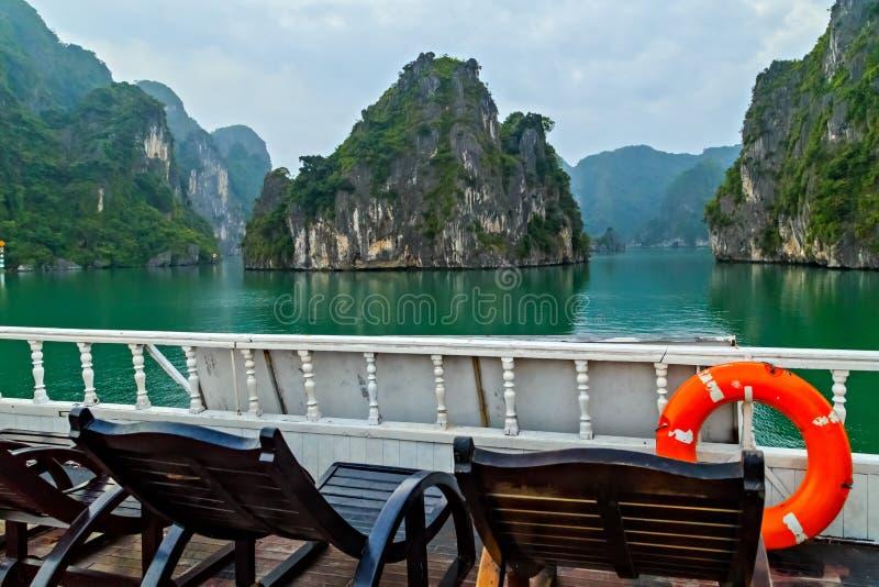 lifebuoy Odkrywa Halong zatoki wierzcho?ka miejsce przeznaczenia Wietnam Rejs drewniana dżonka żegluje skaliste wyspy szmaragdowe zdjęcie royalty free
