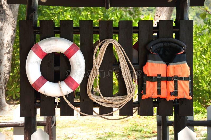 Lifebuoy, Schwimmweste und Seil stockfotos