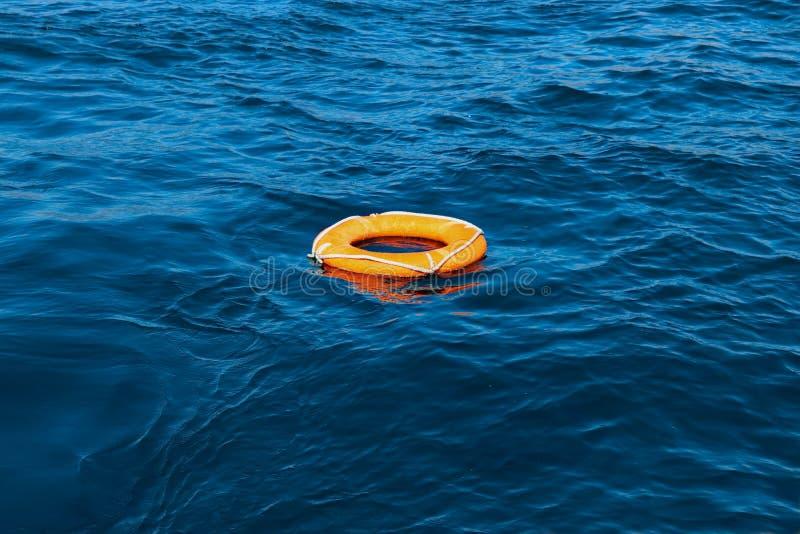 Lifebuoy sobre as ondas no mar foto de stock