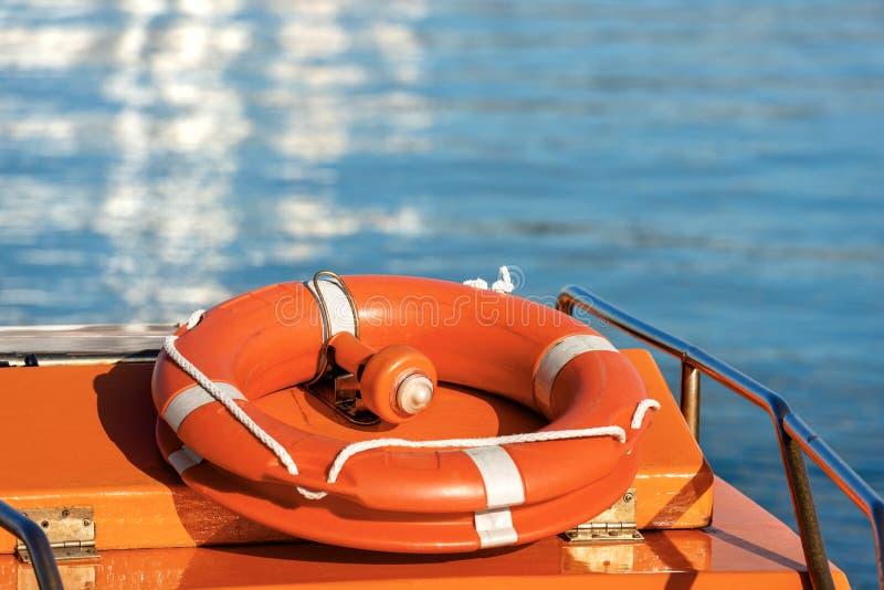 Lifebuoy z przeciwawaryjnym światłem dla umiejscawiania zdjęcie stock