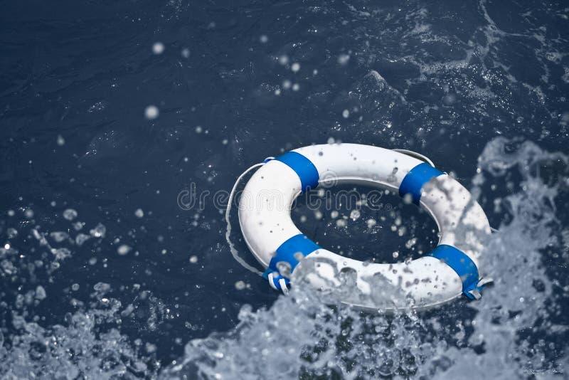 Lifebuoy zbawczy wyposażenie na fala w dennej burzy fotografia royalty free