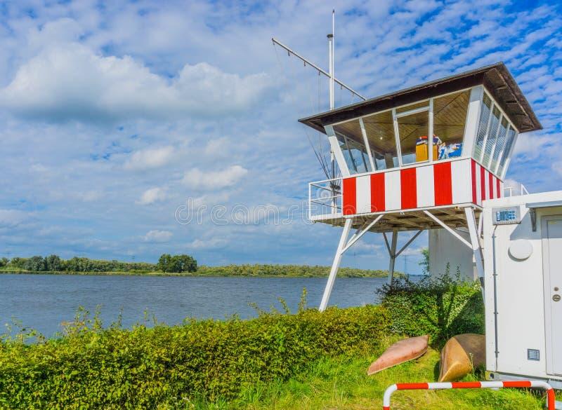 Lifegaurd-Haus an einer Flusslandschaft stockbild