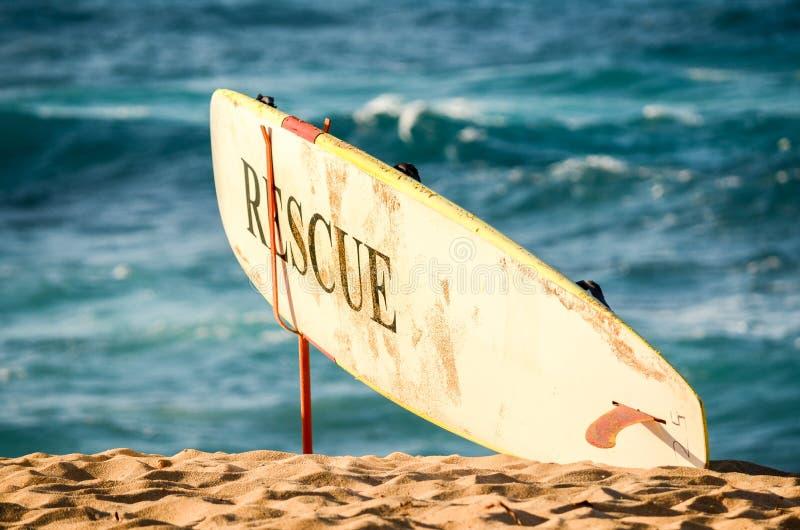 Lifeguard's ratuje surfboard na zmierzch plaży, Hawaje obraz stock