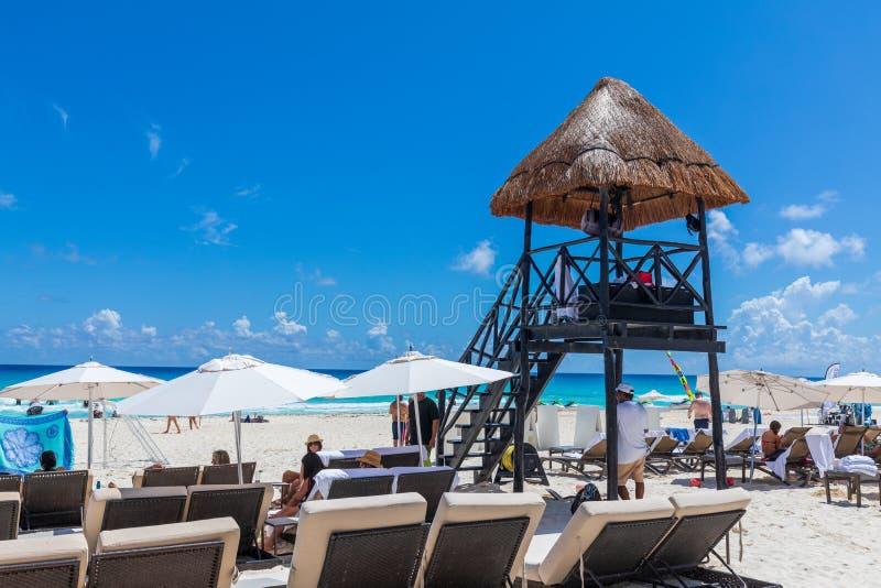 Lifeguard-toren op het strand van Cancun, Caraïbische Zee stock afbeeldingen
