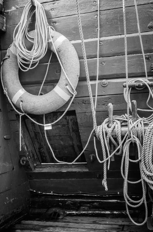 Lifering rouge sur un yacht images libres de droits