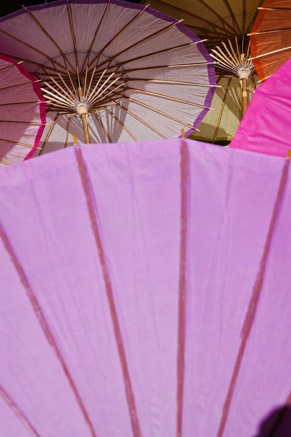 Lifesize koktajli/lów parasole kłamają wpólnie na ziemi zdjęcia stock