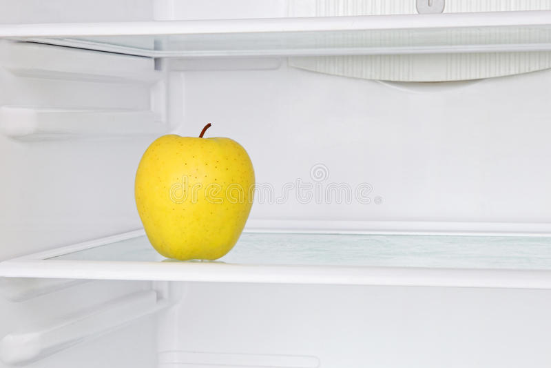 Lifestile begrepp Gult äpple i inhemskt kylskåp royaltyfri fotografi