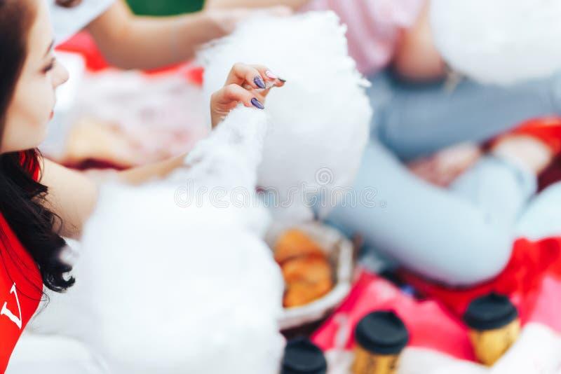 lifestyle Νέα ευτυχής γυναίκα που τρώει τη γλυκαμένη καραμέλα βαμβακιού μόνο παραδίδει την εστίαση στοκ εικόνα με δικαίωμα ελεύθερης χρήσης