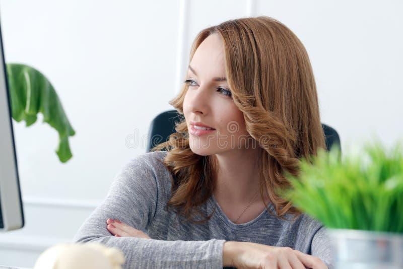 lifestyle красивейшая женщина офиса стоковая фотография