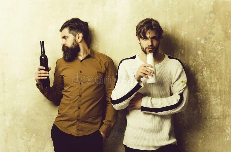 lifestyle amici con le bevande che stanno sulla parete beige immagine stock