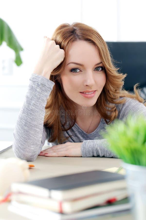 lifestyle Bella donna nell'ufficio fotografie stock