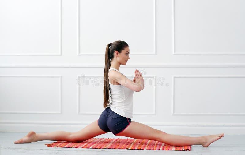 lifestyle Bella ragazza durante l'esercizio di yoga fotografia stock