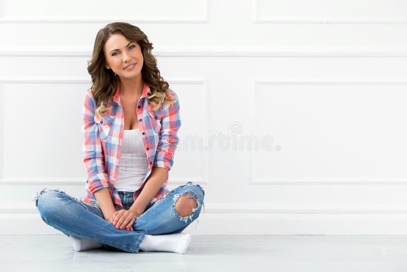 lifestyle Belle fille dans des jeans photographie stock