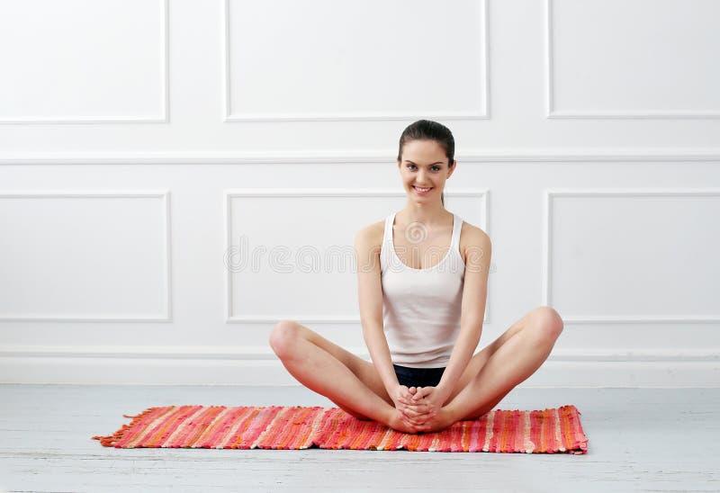 lifestyle Belle fille pendant l'exercice de yoga images stock
