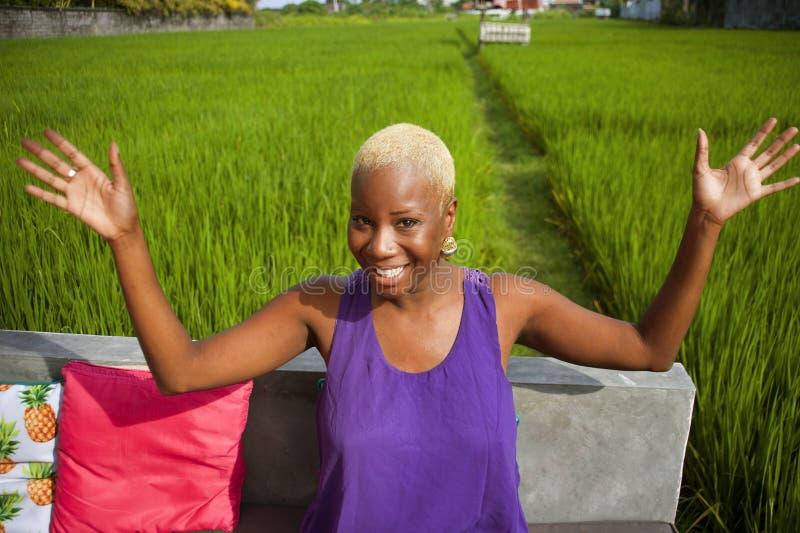 Lifestyle natürliches Portrait jung attraktiv und glücklich schwarz nach amerikanischem Hipster und coole Frau posif5ul im Freien lizenzfreies stockbild