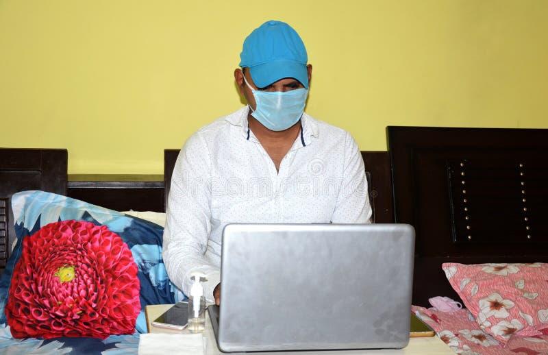 Lifestyle-Portrait während der Epidemie Covid-19 lizenzfreie stockbilder