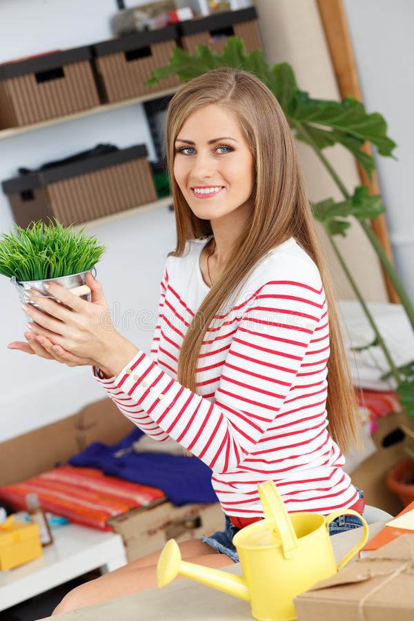 lifestyle Ragazza attraente con erba in vaso immagini stock libere da diritti