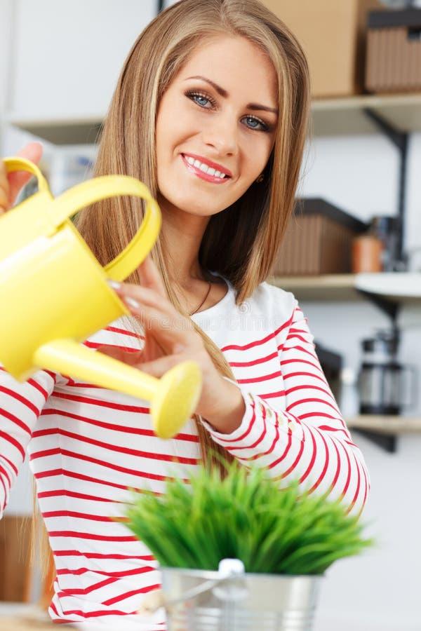 lifestyle Ragazza attraente con erba in vaso immagine stock libera da diritti