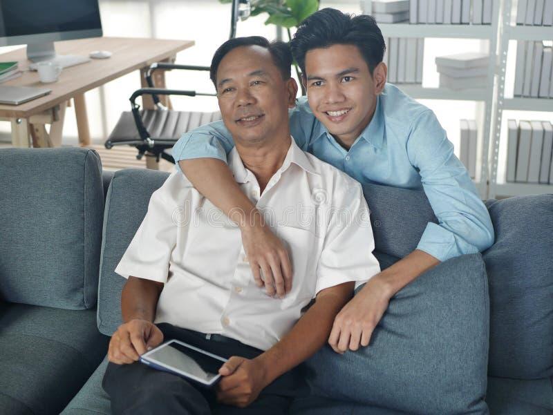 Lifestyles Famille Père et Fils passer des vacances ensemble jouent le téléphone portable dans la maison Bangkok Thaïlande photographie stock