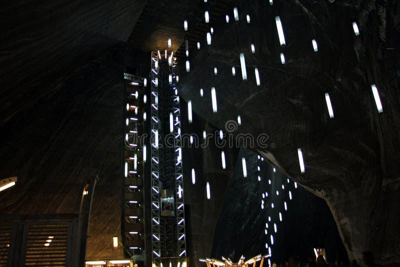 Lift en lichten die op het plafond in Salina Turda hangen royalty-vrije stock afbeeldingen
