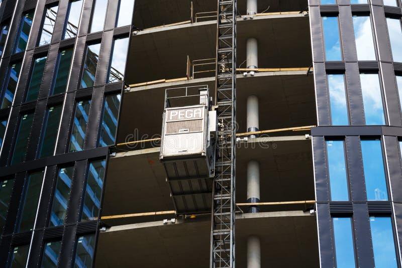 Lift van Pega-hijstoestel op wolkenkrabberbouwwerf stock foto