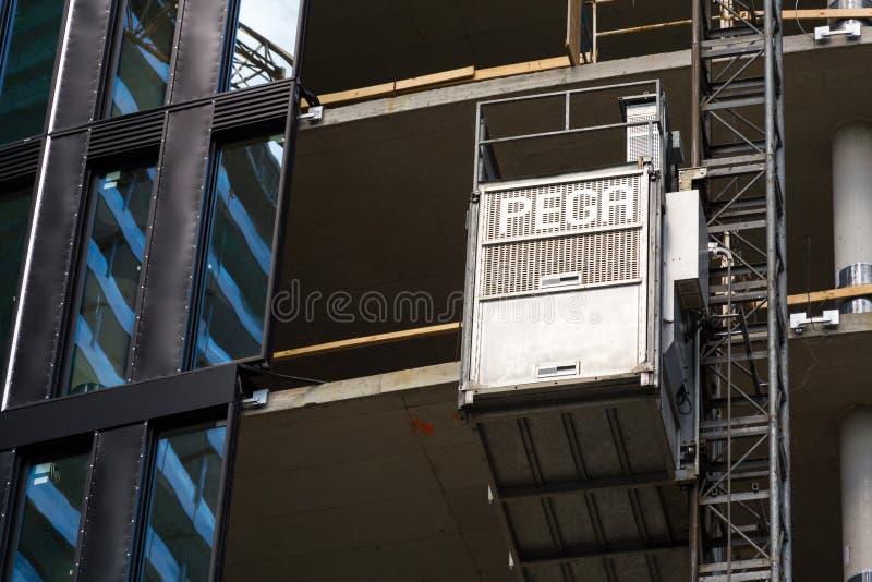 Lift van Pega-hijstoestel op wolkenkrabberbouwwerf stock afbeelding