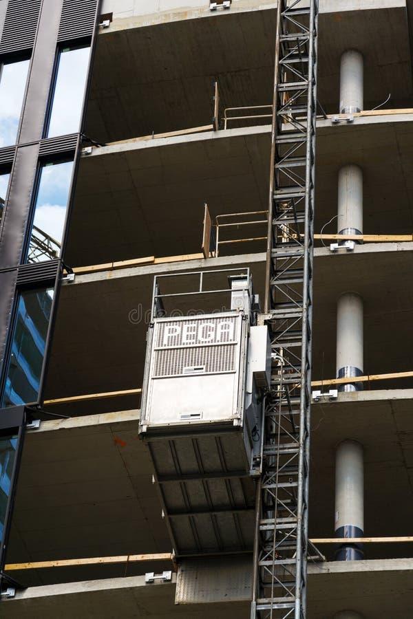 Lift van Pega-hijstoestel op wolkenkrabberbouwwerf stock foto's