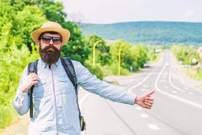 Lifter met speciaal gebaar De mens probeert omhoog de duim van de eindeauto De lift van één van het goedkoopste manieren reizen D royalty-vrije stock fotografie